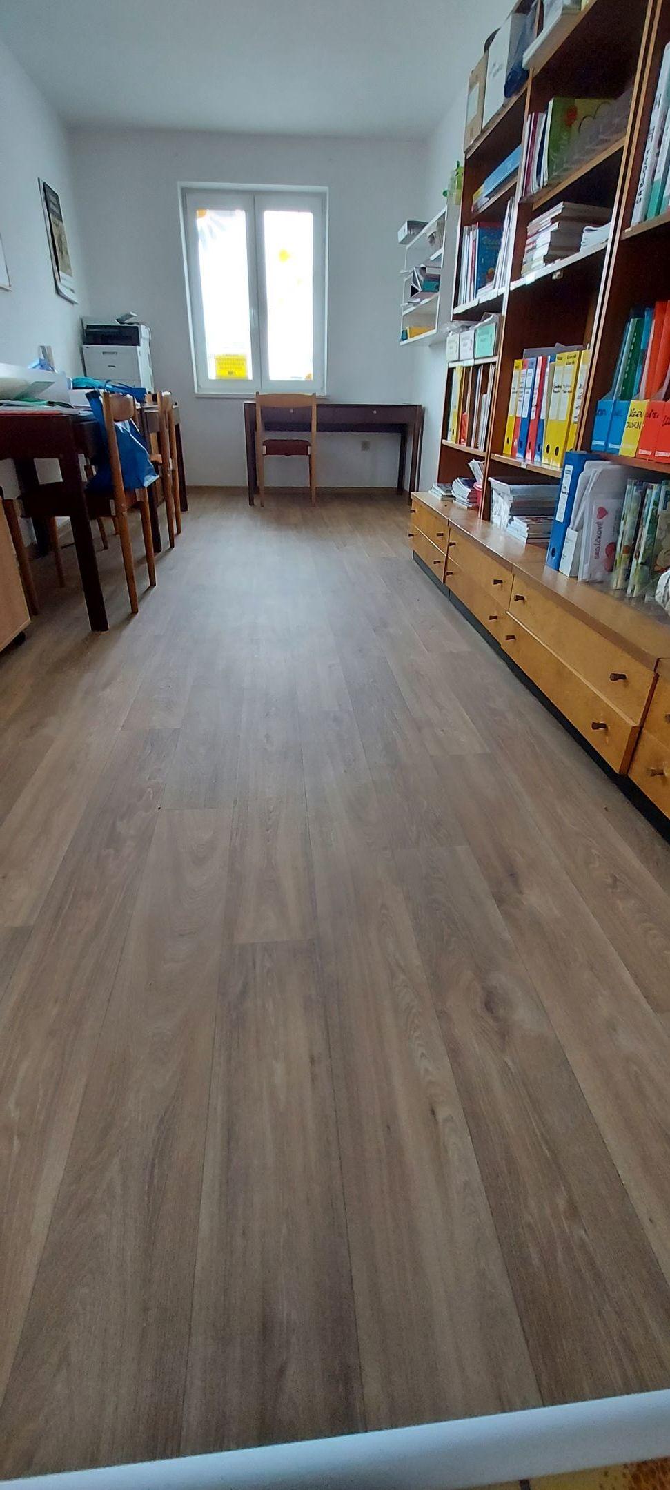 Nová podlaha v kanceláři MŠ